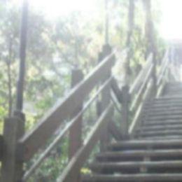 肩こりから開放され身体が軽くなり、階段を見ても爽やかに感じるイメージ
